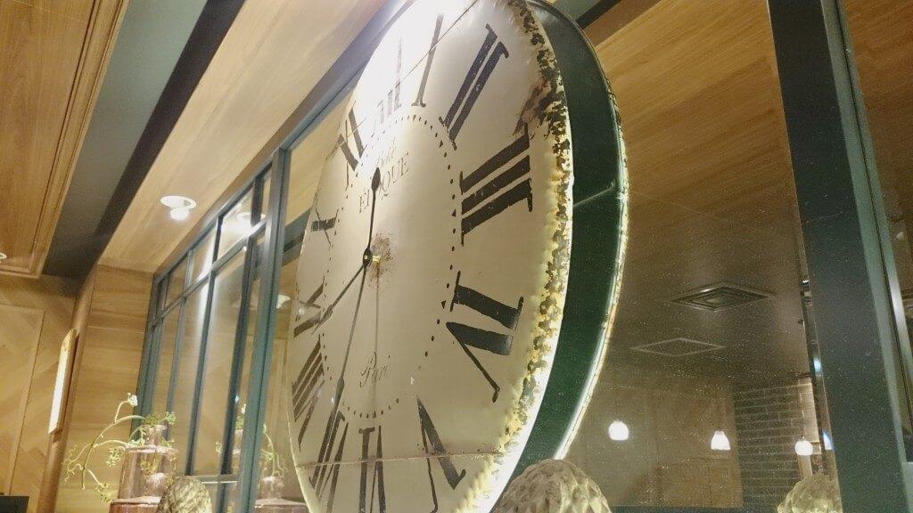 オスロコーヒー横浜ジョイナス店 モーニング 内観 時計