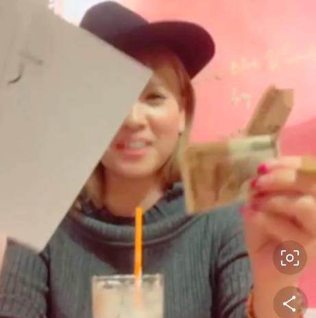 1万円札を破くHappyちゃん